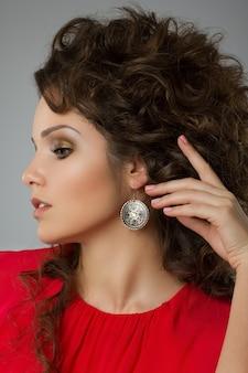 赤いドレスの美しい巻き毛の女性の肖像画