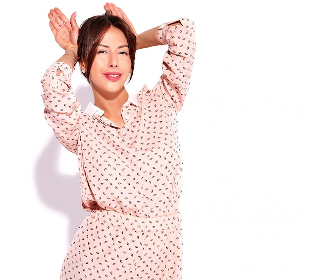 Портрет красивой милой модели женщины брюнет в вскользь лете одевает без состава изолированного на белизне. делать кроличьи уши
