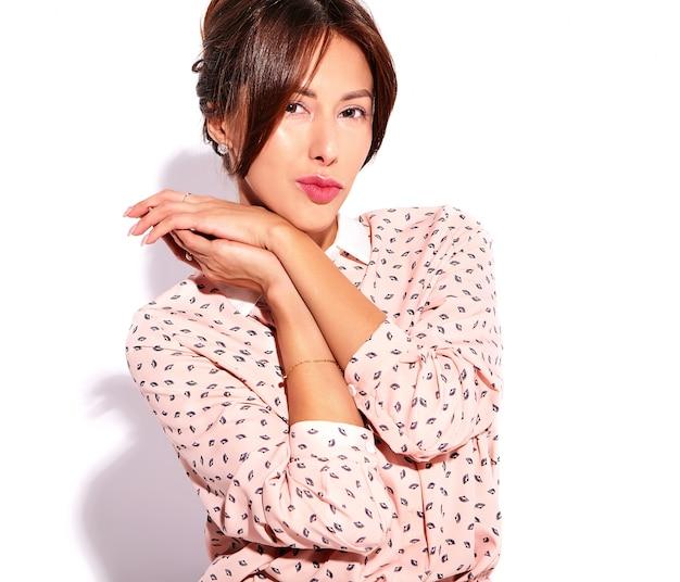 Портрет красивой милой брюнетки модели в повседневной летней одежде без макияжа на белом