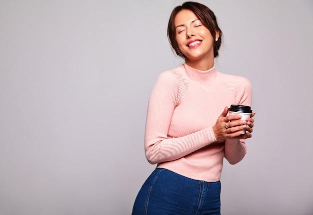 Портрет красивой милой брюнетки модели в повседневной летней розовой одежде без макияжа изолирован на белой стене Бесплатные Фотографии