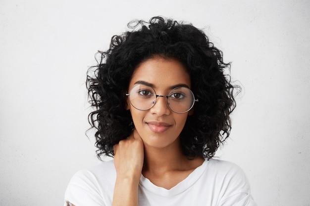 ブルネットの巻き毛を持つ美しい浅黒い肌の若い女性の肖像画