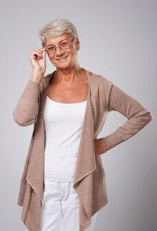 美しいエレガントな年配の女性の肖像画