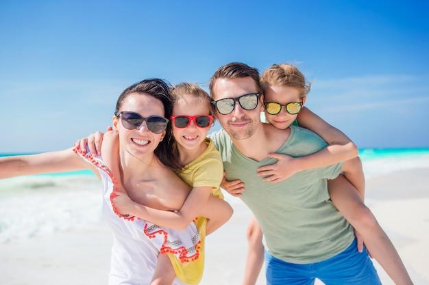 해변 휴가에 아름다운 가족의 초상화