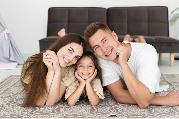 自宅でポーズをとる美しい家族の肖像画