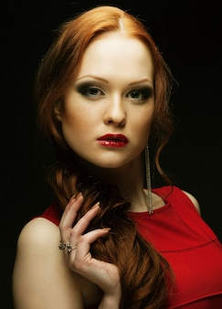 暗い背景の美しいファッショナブルな女性の肖像画