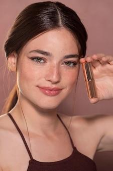 자연스러운 화장을 한 아름다운 여성 모델의 초상화