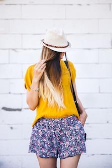 屋外、ファッション、スタイルの帽子の美しい少女の肖像画