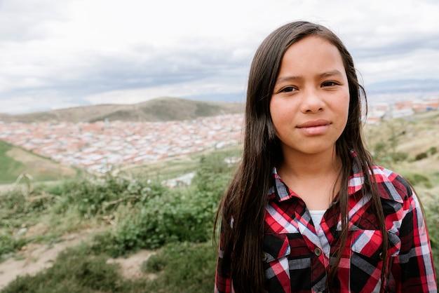 오두막 마에서 아름 다운 여자의 초상화입니다. 가난한 유아 개념.