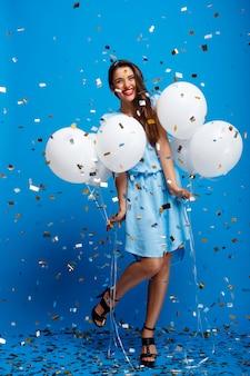 파란색 벽을 통해 파티에서 쉬고 아름다운 여자의 초상화
