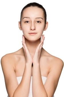 健康な肌で顔をなでる美しい少女の肖像画
