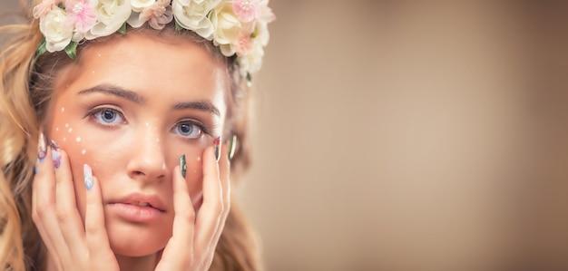 Портрет красивой девушки с творческим макияжем и художественными гвоздями. Premium Фотографии