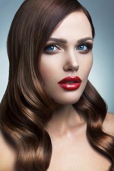 赤い唇の美しい少女の肖像画。