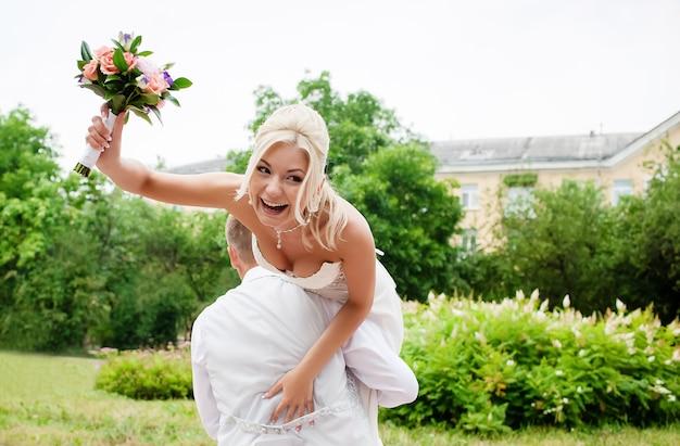 ウェディングドレスの結婚式のメイクアップと結婚式の髪型と美しい幸せな花嫁の肖像画
