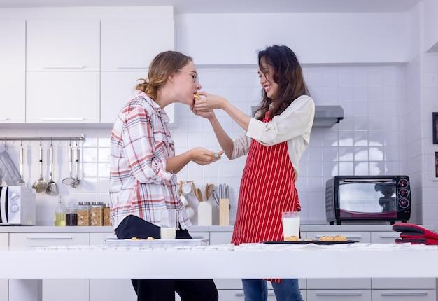 Портрет красивой счастливой пары, пьющей молоко во время завтрака на кухне дома