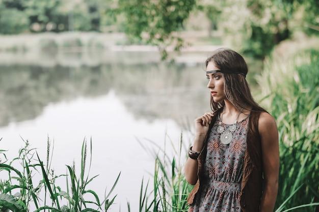 春の森の美しいヒッピーの女の子の肖像画