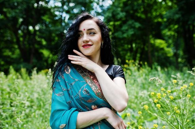 美しいインドブルメット少女またはヒンドゥー教の女性モデルの肖像画。インドの伝統衣装、lehenga choli。