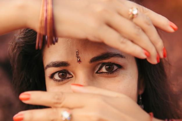 빨간색 사리 춤에서 아름 다운 인도 여자의 초상화