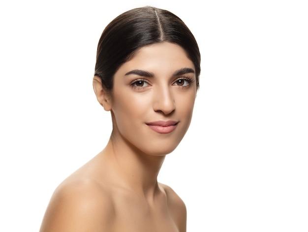 Портрет красивой еврейской женщины изолированной на белой предпосылке студии. красота, мода, уход за кожей, концепция косметики. copyspace для рекламы. ухоженная кожа и естественный свежий вид. здоровый и сияющий. листовка