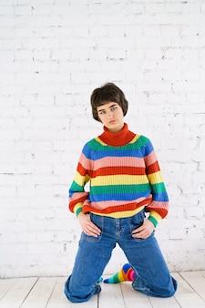 再びカラフルな虹色を身に着けている彼女の性的権利を誇りに思っている美しいレズビアンの女性の肖像...