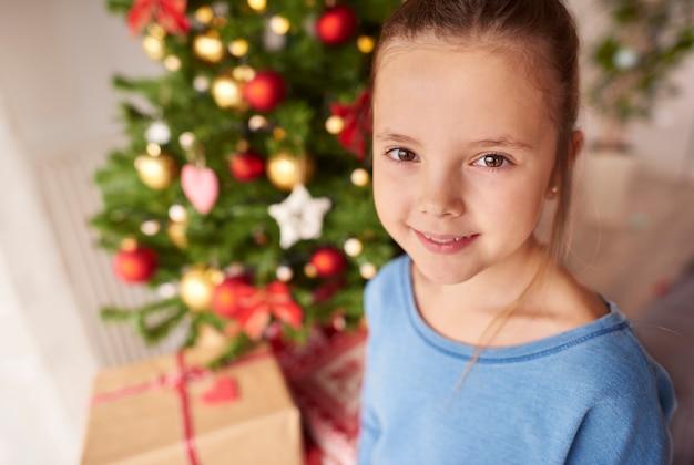 크리스마스에 아름 다운 어린 소녀의 초상화