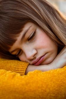 지루해하는 아름 다운 어린 소녀의 초상화