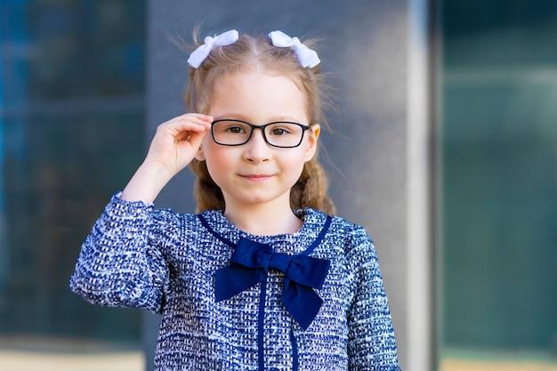 眼鏡をかけている美しい少女の肖像画。子供の視力が悪い。