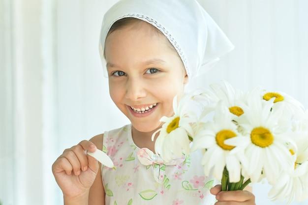 デイジーの花と美しい少女の肖像画