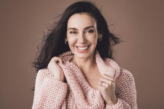 Портрет красивой женщины среднего возраста, носить теплый шерстяной свитер