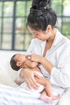 아기와 함께 노는 아름다운 어머니의 초상