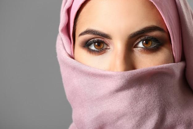 회색, 근접 촬영에 아름 다운 이슬람 여자의 초상화