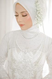하얀 웨딩 드레스를 입고 아름 다운 이슬람 여자의 초상화