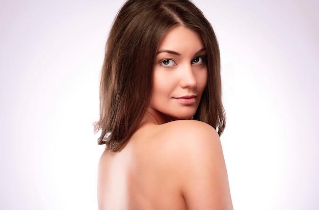 美しい自然な裸の女性の肖像画