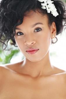 Портрет красивой обнаженной женщины для концепции ухода за черной кожей