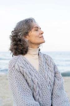 ビーチで美しい年上の女性の肖像画