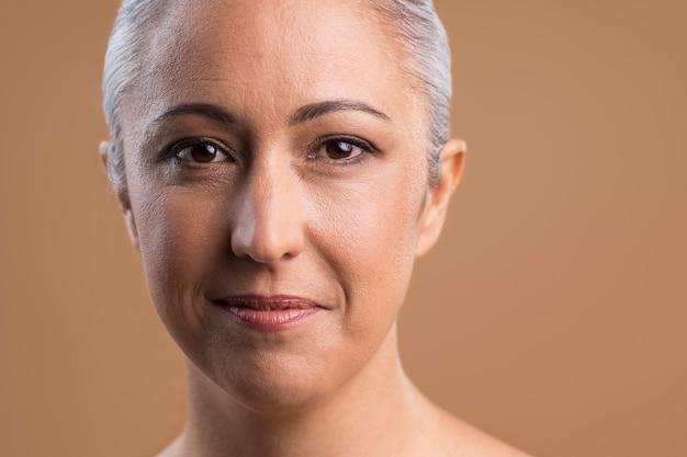 美しい年上の女性の肖像画