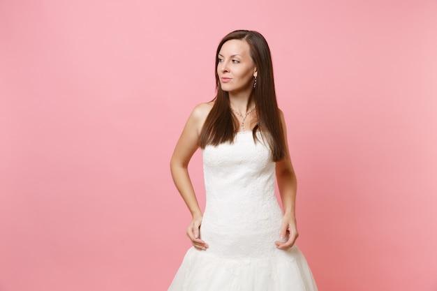 立って脇を見て完璧な白いドレスを着た美しい情熱の女性の肖像画