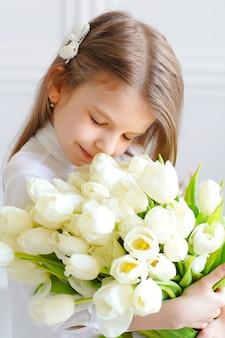 白い花を持つ美しいかわいい女の子の肖像画