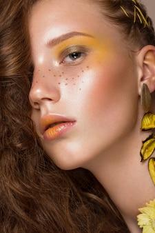 밝은 색깔의 아트 메이크업과 곱슬 머리와 아름 다운 나가서는 여자의 초상화. 아름다움 얼굴.