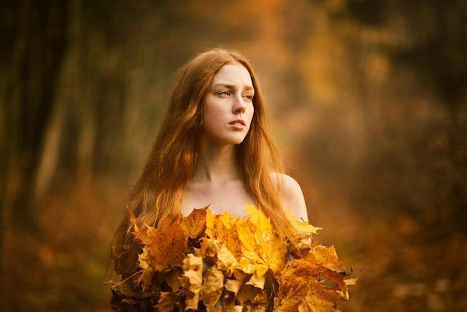 아름 다운 빨간 머리 여자의 초상화, 가을 공원에서 단풍 드레스