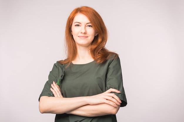 흰색 배경에서 포즈를 취하는 아름 다운 빨간 머리 여자의 초상화