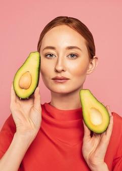 Портрет красивой рыжей женщины с фруктами