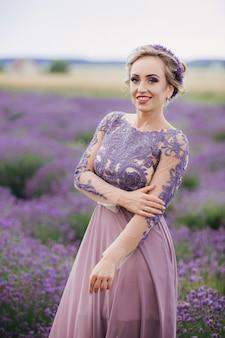 ラベンダー畑で紫色のドレスで美しいロマンチックな女性の肖像画