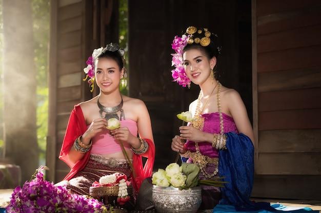 美しい田舎のタイ人女性の肖像画がタイのチェンマイでタイのドレスを着る