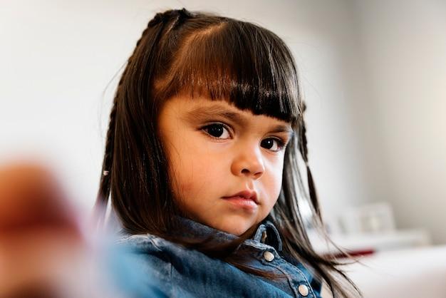 家にいる美しい悲しい少女の肖像画。