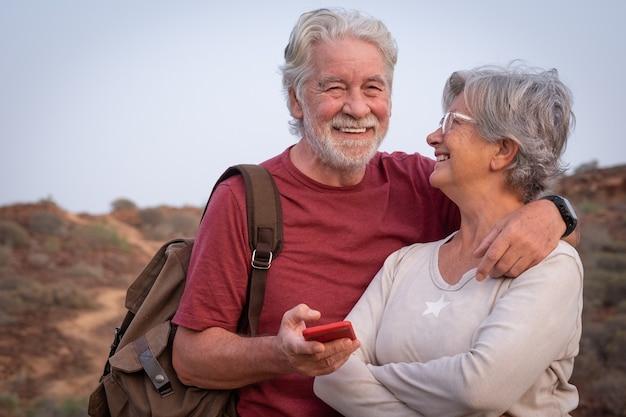 야외 여행, 활동적이고 건강한 라이프 스타일에서 아름다운 노부부 백발 포옹의 초상화
