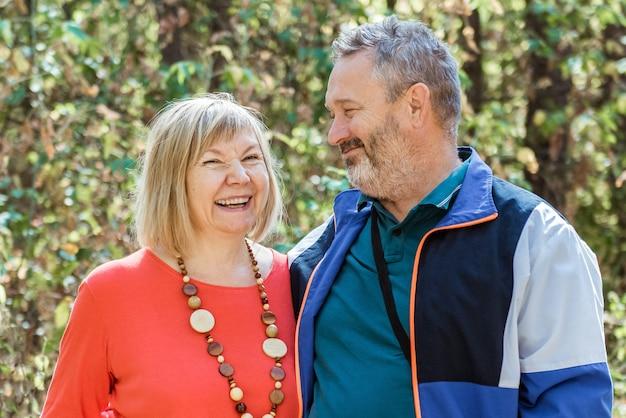 Портрет красивой пожилой пары, расслабляющейся в осеннем парке