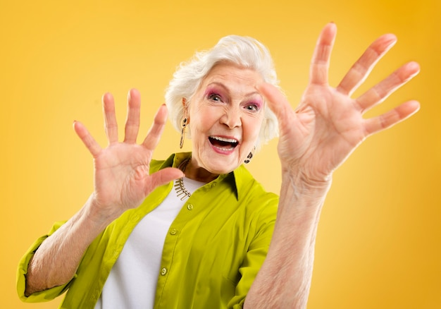ポーズをとっている美しい年配の女性の肖像画