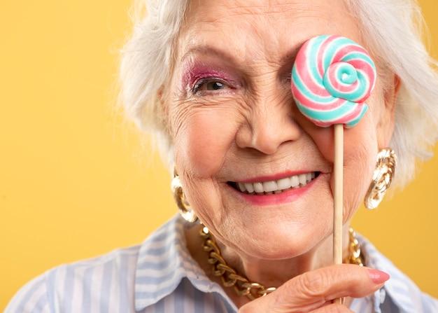 Портрет красивой пожилой женщины, позирующей