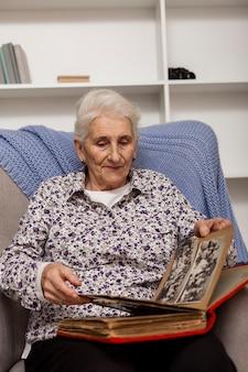 美しい年配の女性の肖像画