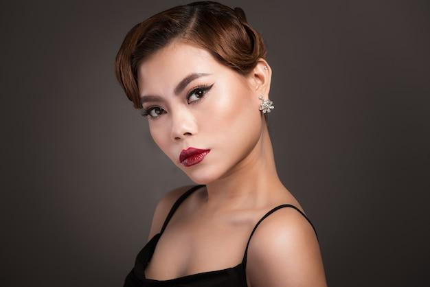 エレガントな髪型と完璧なメイクで美しい官能的なアジアの女性の肖像画。